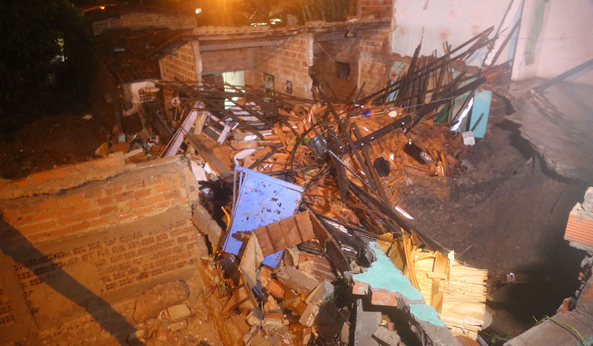 enxurrada destrói casas e deixa dois mortos em Teresina