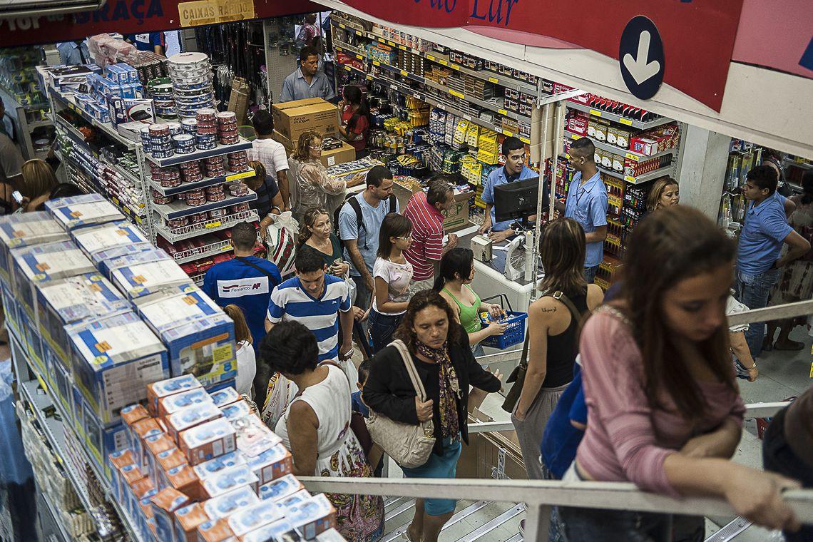 famílias endividadas no Brasil