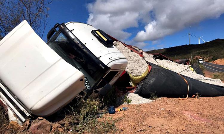 caminhão tomba br 316 motorista pula de veículo