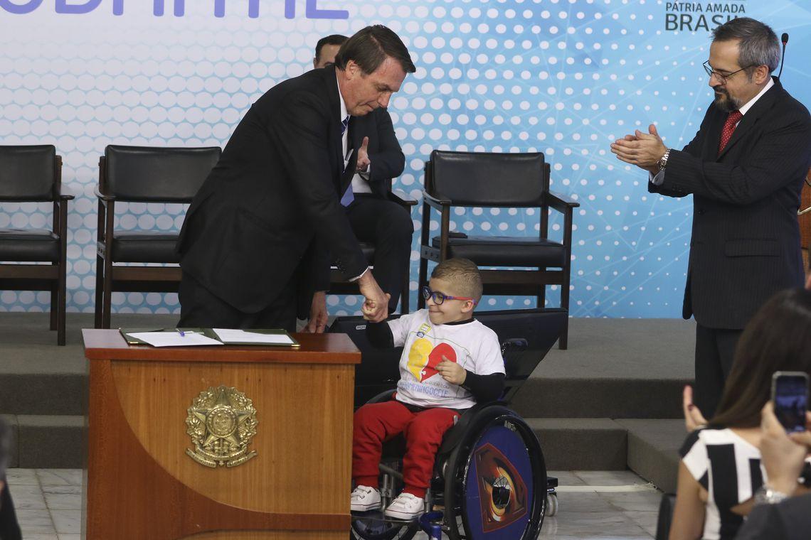 bolsonaro assina MP da carteira de estudante digital